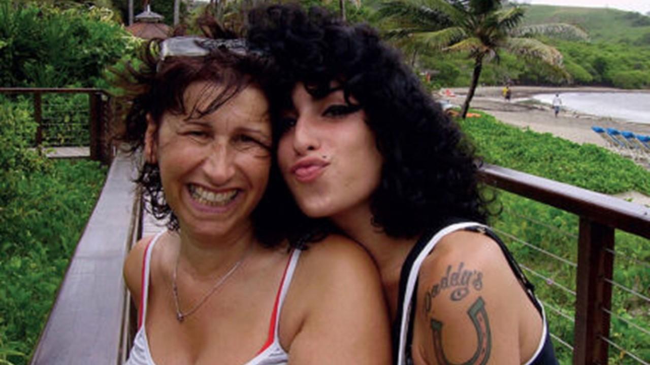 Mãe de Amy Winehouse publica homenagem ao aniversário de morte da cantora -  Estereosom FM