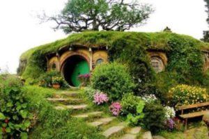 """a casa construída em 2005 tem sua entrada e interior inspirados na toca de Bilbo Bolseiro, protagonista da obra """"O Hobbit"""", de J. R. R. Tolkien, e coadjuvante do filme """"O Senhor dos Anéis""""."""