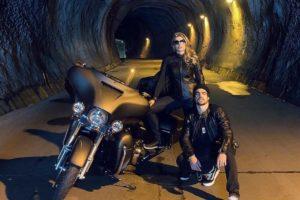 Grazi Massafera e Caio Castro pegaram a moto e viajaram para algum lugar cercado de muita natureza neste fim de semana