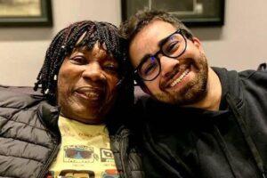 Milton Nascimento recebe certidão de reconhecimento paterno do filho adotivo e chora
